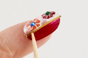 小指は親指と左右を逆にし、同様に塗る